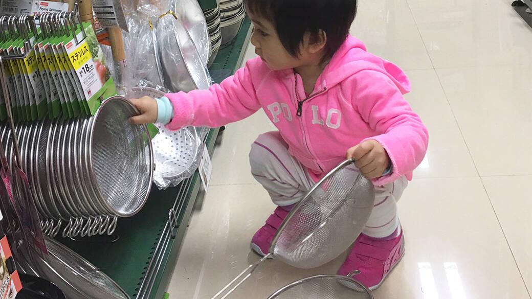 孩子的放電場所不只遊樂場,還有家品店和文具店。