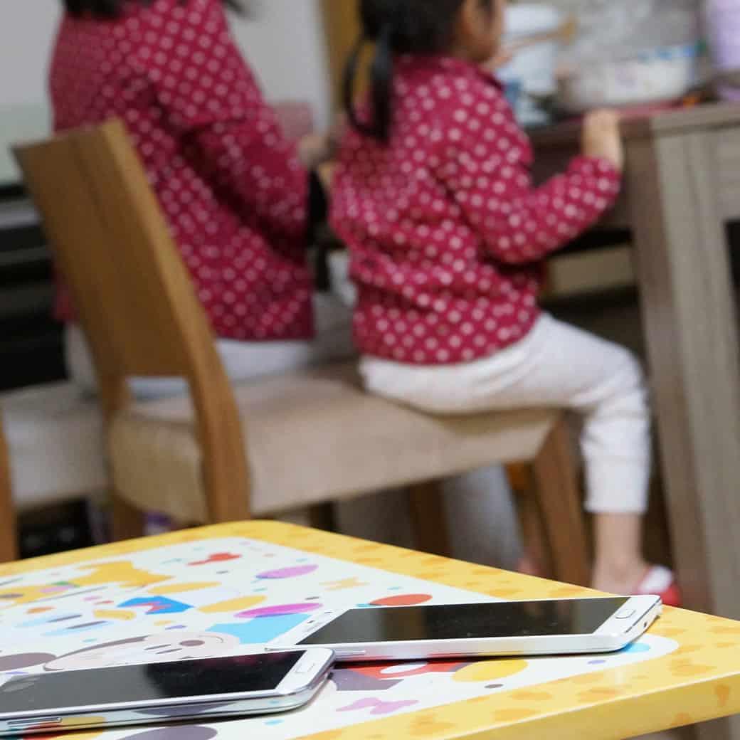 邊吃飯邊玩手機,令家人少了溝通,導致家庭關係疏離。