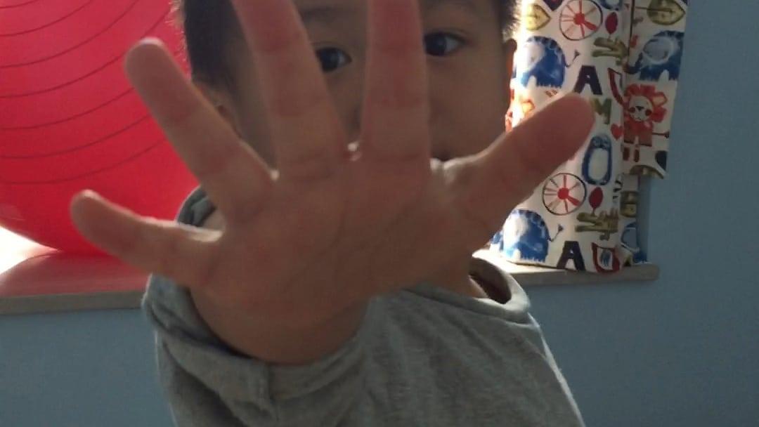 為孩子拍照,紀錄成長片段