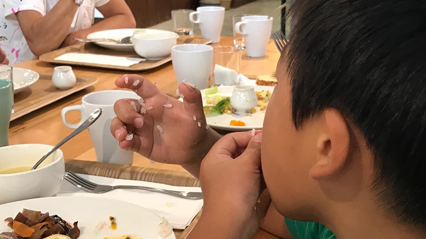 孩子用手吃飯