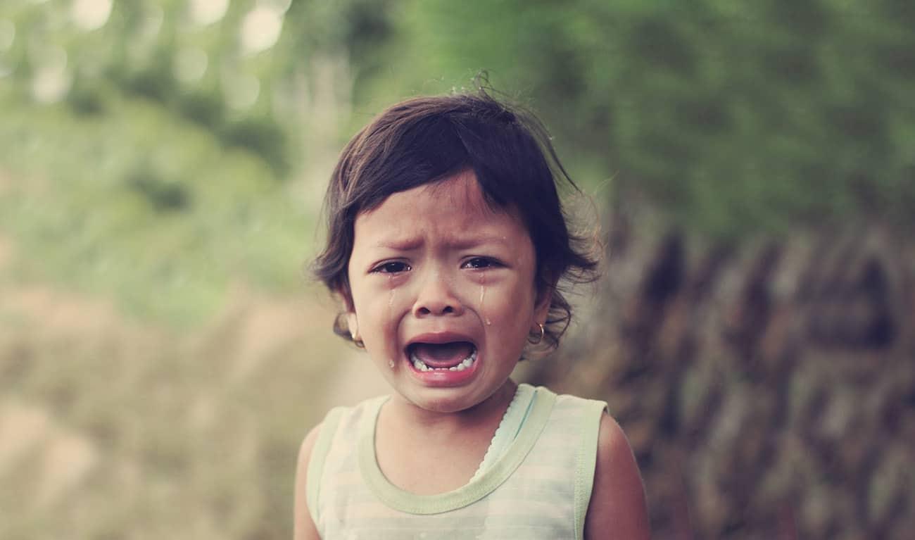 哭不停的孩子背後