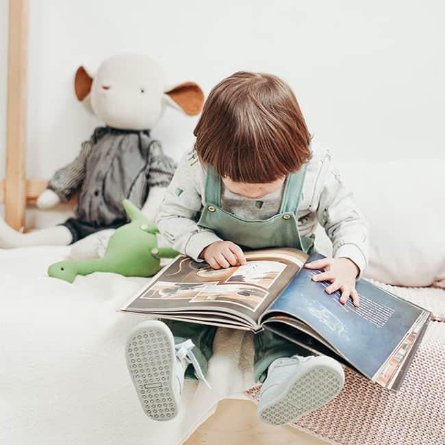 孩子坐定定看書
